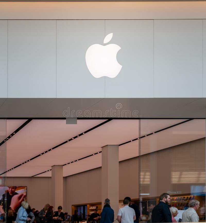 SHEFFIELD, GROSSBRITANNIEN - 23. MÄRZ 2019: Das neue Apple-iPhone Speicherinnere von Meadowhall - Sheffield lizenzfreies stockbild