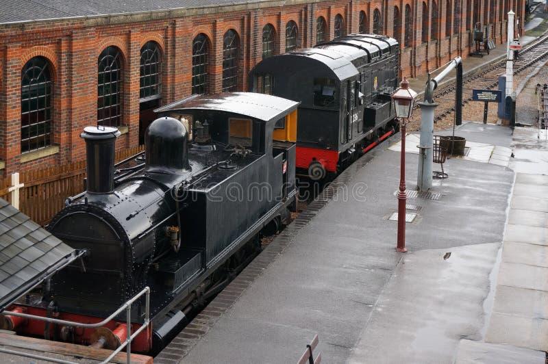 SHEFFIELD-PARK, OST-SUSSEX/UK - 8. SEPTEMBER: PA mit zwei altes Zügen lizenzfreies stockbild