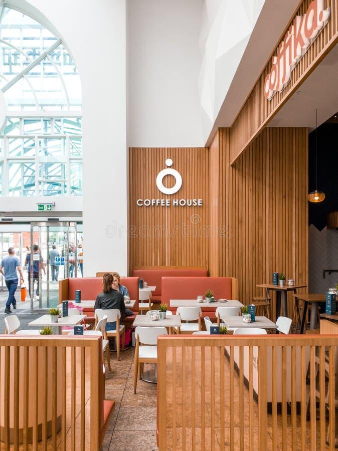 SHEFFIELD, R-U - 2 JUIN 2019 : Les clients s'asseyent dans le café local dans Meadowhall ont appelé Coffika photo libre de droits