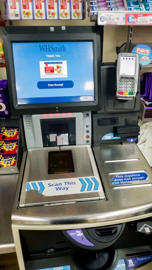 SHEFFIELD, R-U - 9 MARS 2019 : Machine de contrôle d'individu dans WHSmith - Meadowhall photographie stock libre de droits