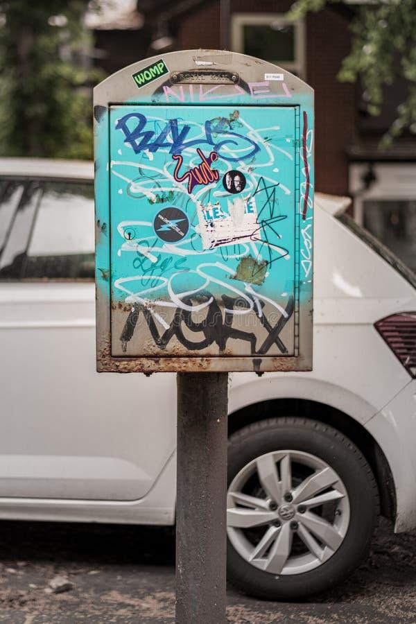 SHEFFIELD, REGNO UNITO - 13 LUGLIO 2019: Gli adolescenti hanno vandalizzato un contenitore reale di posta della posta con i graff immagine stock