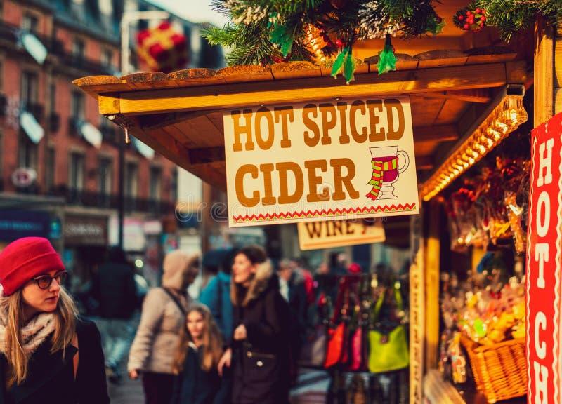SHEFFIELD, REINO UNIDO - 8 DE DEZEMBRO DE 2018: Locals que vendem a cidra temperada quente teasty aos turistas em mercados do Nat fotografia de stock