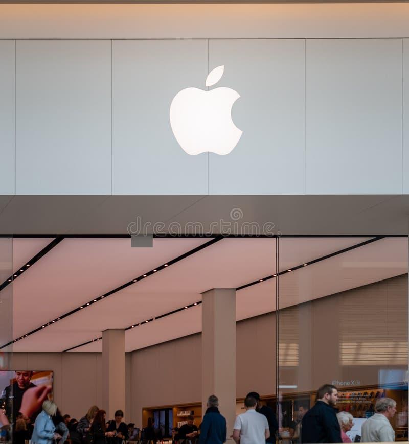 SHEFFIELD, REINO UNIDO - 23 DE MARZO DE 2019: El nuevo interior de la tienda del iPhone de Apple de Meadowhall - Sheffield imagen de archivo libre de regalías