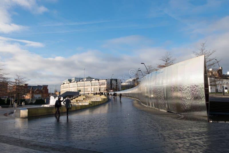 Sheffield Sheaf Square ett offentligt utrymme med den stora springbrunnen nära järnvägsstationen royaltyfria bilder