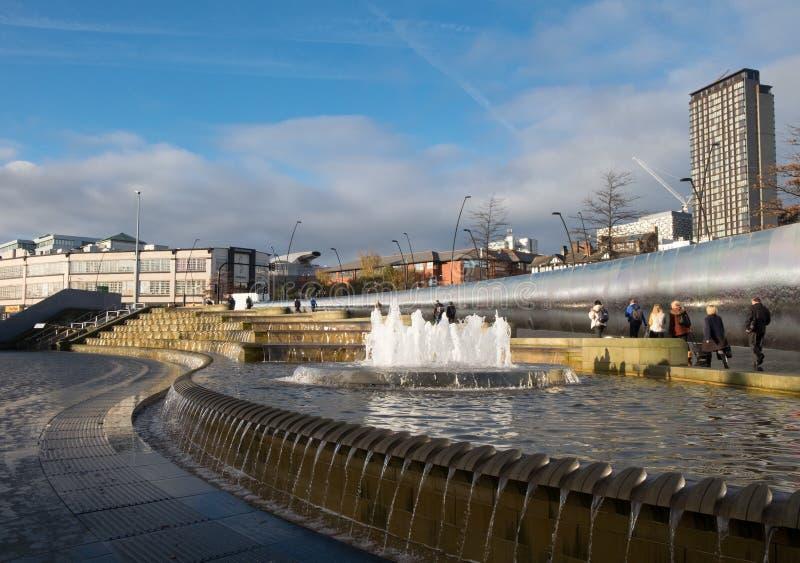 Sheffield Sheaf Square, un espacio público con la fuente grande cerca del ferrocarril foto de archivo