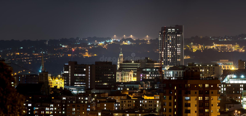 Sheffield-Stadtgebäude mit drastischem Hügelhintergrund lizenzfreie stockbilder