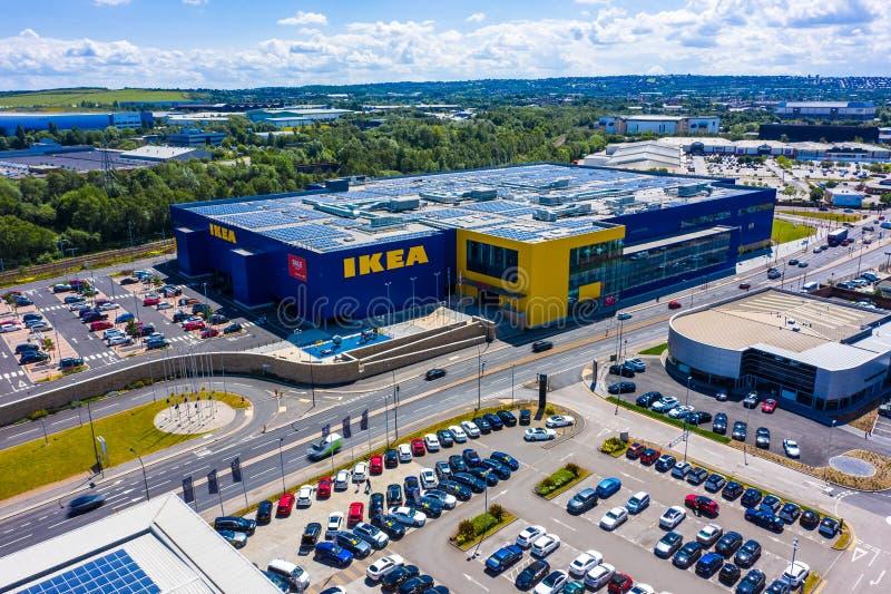 SHEFFIELD UK - 6TH JUNI 2019: Flyg- skott av det stora nya Ikea lagret som byggs på utkanten av Sheffield royaltyfri fotografi