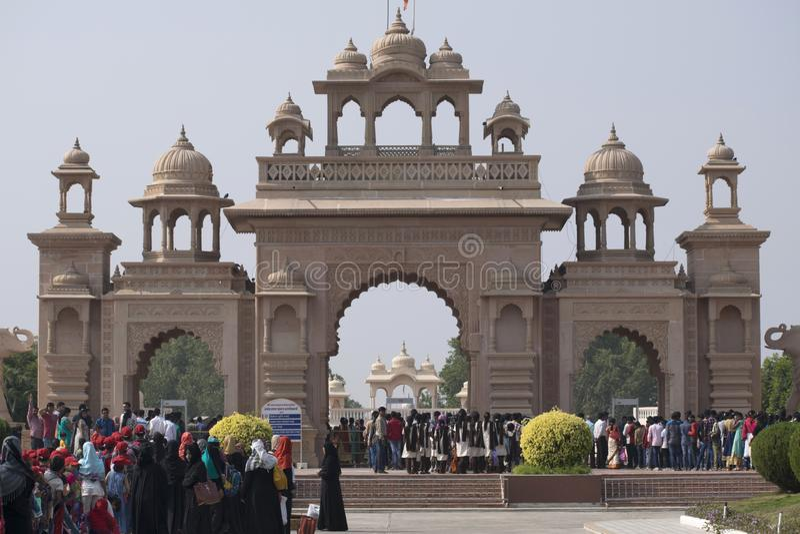 SHEGAON, DISTRITO de BULDANA, MAHARASHTRA, la INDIA, diciembre de 2017, turística en la puerta de la entrada de Anand Sagar fotos de archivo libres de regalías