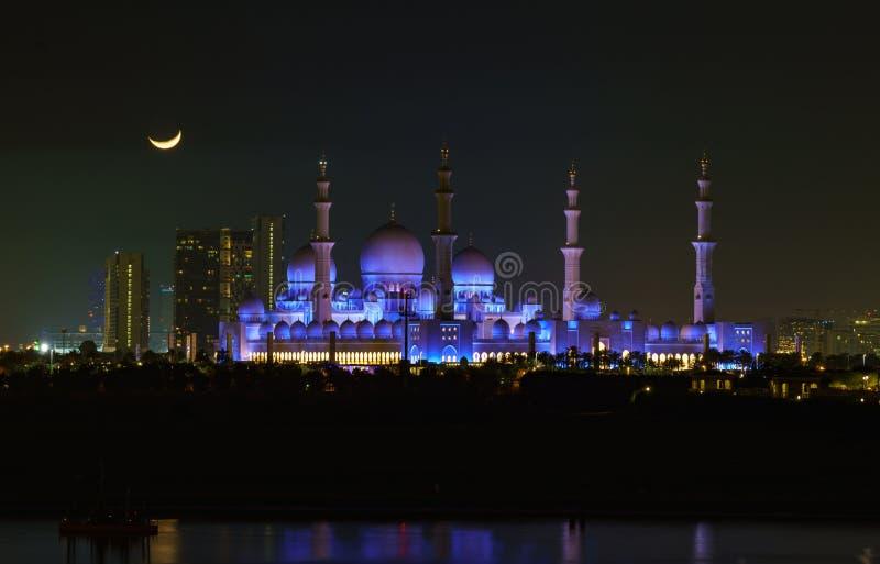 Sheik Zayed meczet jak widzieć przy nocą z księżyc fotografia royalty free