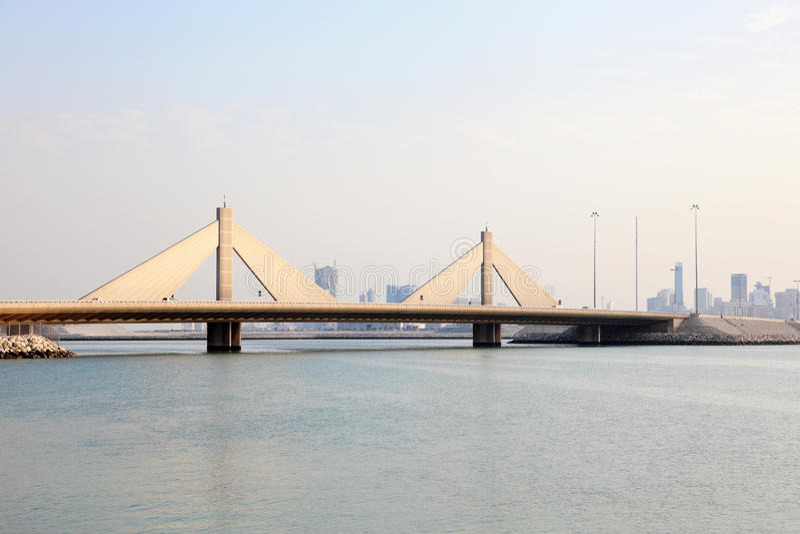 Sheikh Isa Causeway Bridge em Barém foto de stock royalty free