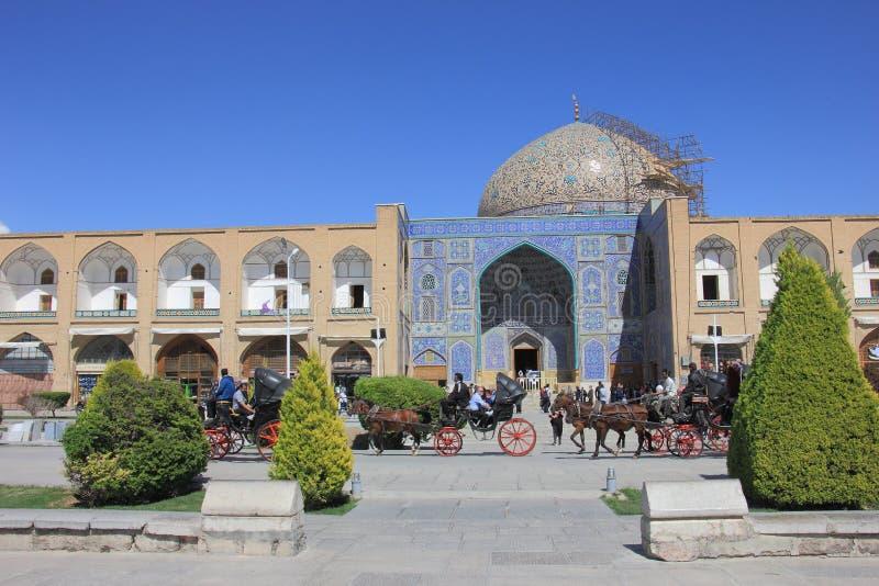 Sheikh Lotfollah Mosque-Moscheen- und -Säulenganggeschäfte an Quadrat Naqsh-e Jahan mit Pferdewagen und -leuten in Isfahan, der I stockfoto