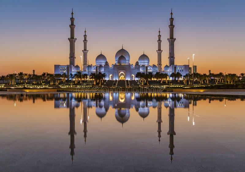 Sheikh Zayed Grand Mosque Abu Dhabi au coucher du soleil photos libres de droits
