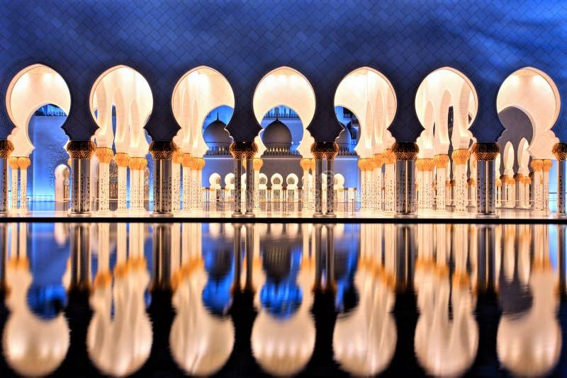 Sheikh Zayed Grand Mosque in Abu Dhabi an der Dämmerung stockfoto