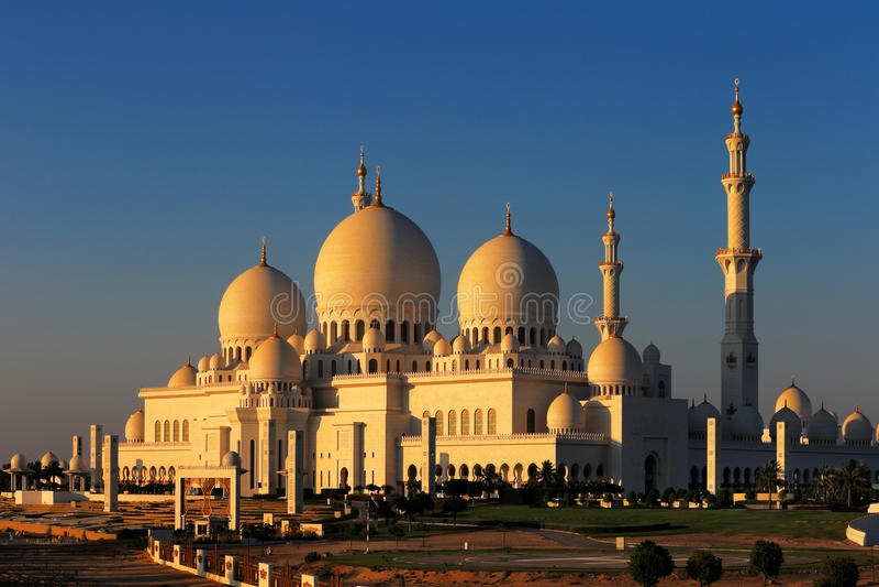Sheikh Zayed Grand Mosque, Abu Dhabi es el más grande de los UAE imagenes de archivo