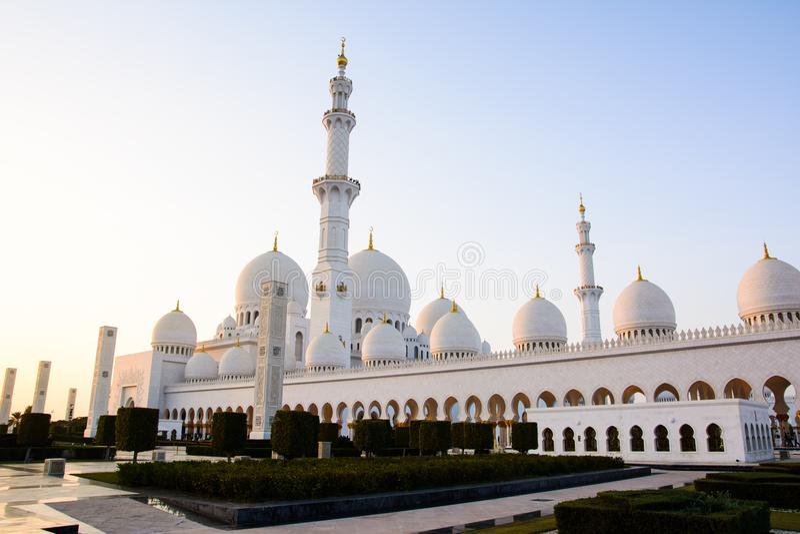 Sheikh Zayed Grand Mosque außen bei Sonnenuntergang lizenzfreies stockbild