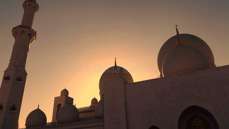 Sheikh Zayed Grand Mosque bonito, Abu Dhabi - Emiratos Árabes Unidos vistos no por do sol fotos de stock royalty free