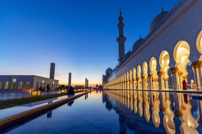 Sheikh Zayed Grand Mosque em Abu Dhabi perto de Dubai na noite, UAE imagem de stock royalty free