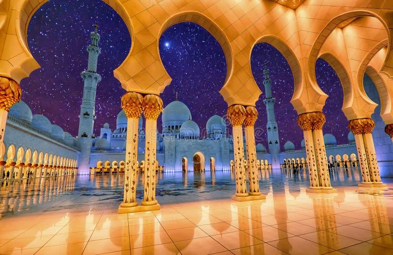 Sheikh Zayed Grand Mosque en Abu Dhabi, EAU la nuit photos libres de droits