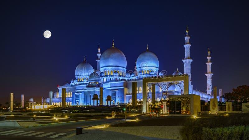 Sheikh Zayed Grand Mosque en Abu Dhabi la nuit pleine lune photographie stock libre de droits