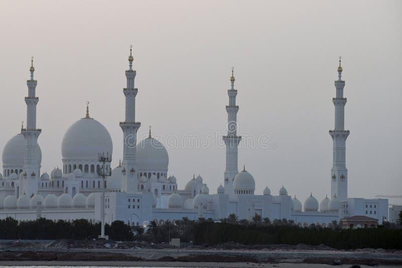 Sheikh Zayed Grand Mosque impresionante en un día del otoño después de la puesta del sol en Abu Dhabi, la capital de los UAE foto de archivo libre de regalías