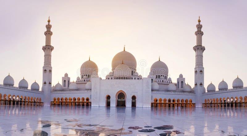 Sheikh Zayed Grand Mosque panoramautsikt på skymning arkivbild