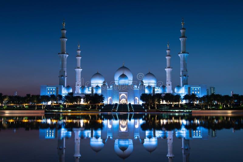Sheikh Zayed Grand Mosque reflekterade över vattnet i Abu Dhabi-emiraten i UAE fotografering för bildbyråer