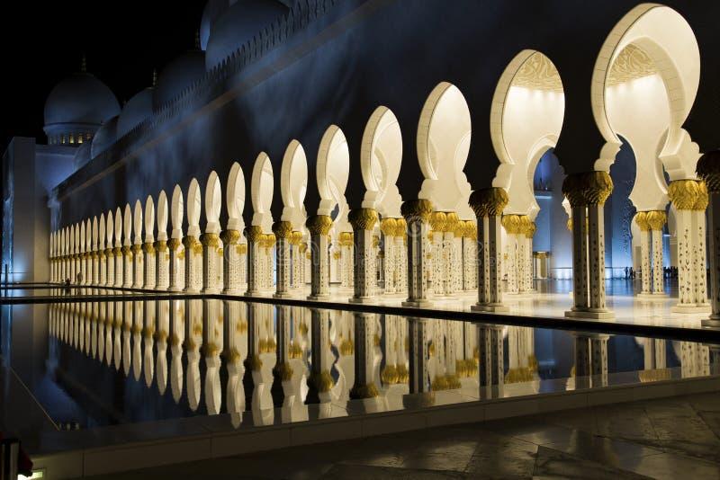 Sheikh Zayed Mosque in Abu Dhabi alla notte fotografie stock libere da diritti