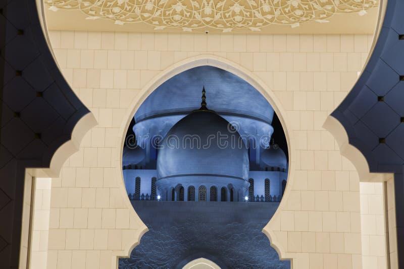 Sheikh Zayed Mosque in Abu Dhabi dalla prospettiva insolita fotografie stock libere da diritti