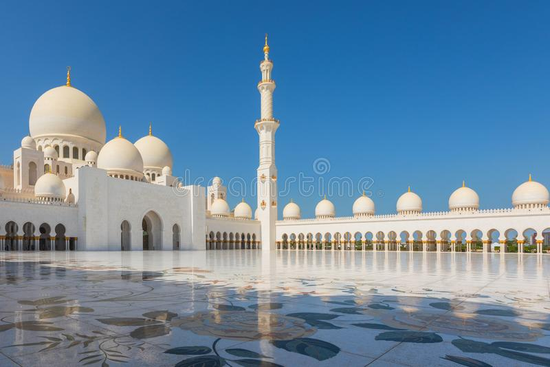 Sheikh Zayed Mosque - Abu Dhabi, Emirats Arabes Unis Beaux minerets grands blancs de mosquée images stock