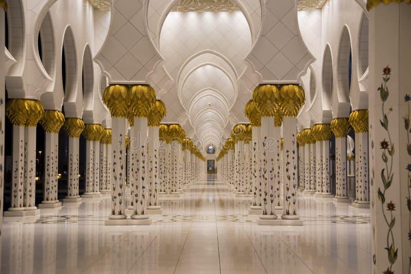 Sheikh Zayed Mosque na opinião de Abu Dhabi das colunas fotografia de stock royalty free