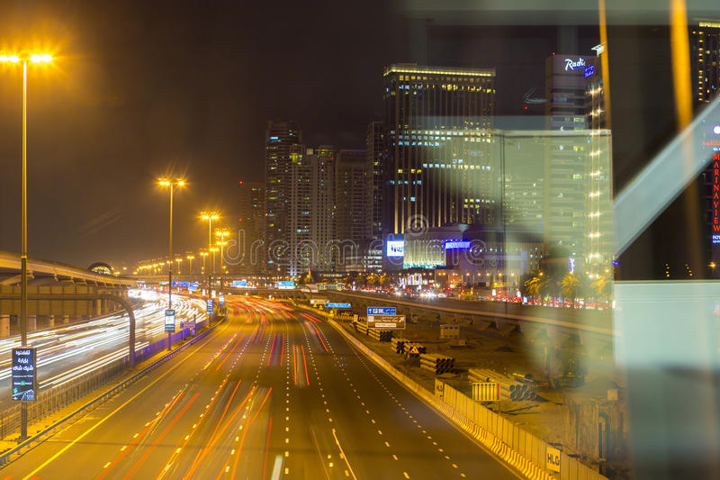 Download Sheikh Zayed Road à Dubaï La Nuit Photo stock éditorial - Image du moderne, architecture: 77157628