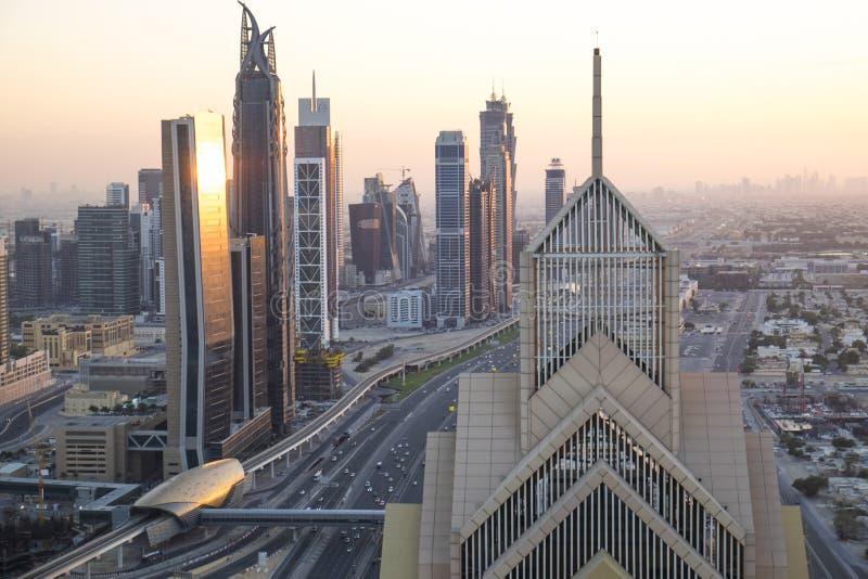 Sheikh Zayed Road, der in Richtung des Burj Kalifa, Dubai blickt lizenzfreie stockfotografie