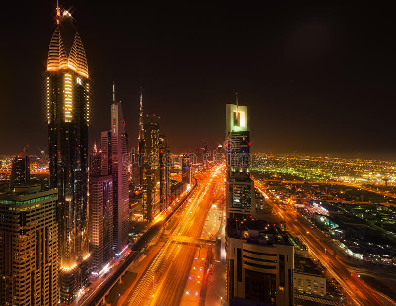 Sheikh Zayed Road por noche, Dubai foto de archivo libre de regalías