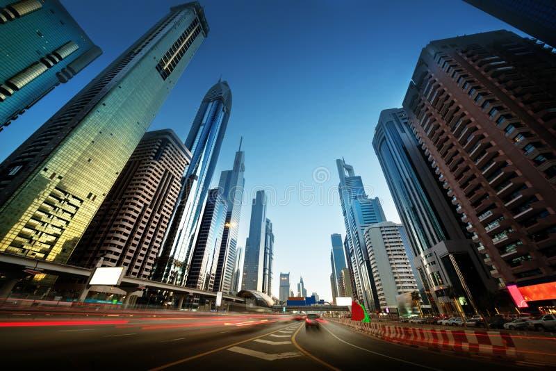Sheikh Zayed Road in zonsondergangtijd, Doubai royalty-vrije stock afbeeldingen