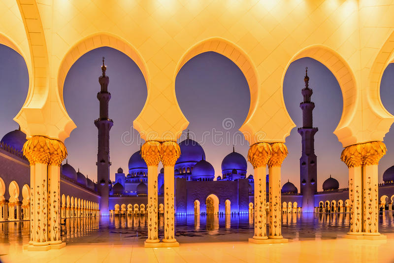 Sheikh Zayed Uroczysty meczet przy półmrokiem w Abu Dhabi, UAE obraz stock