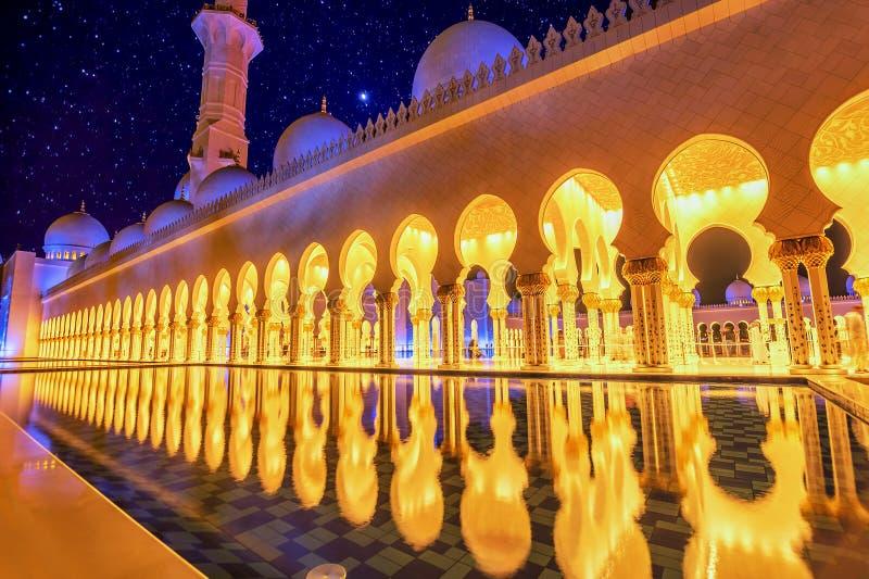 Sheikh Zayed Uroczysty meczet w Abu Dhabi, UAE przy nocą obraz royalty free