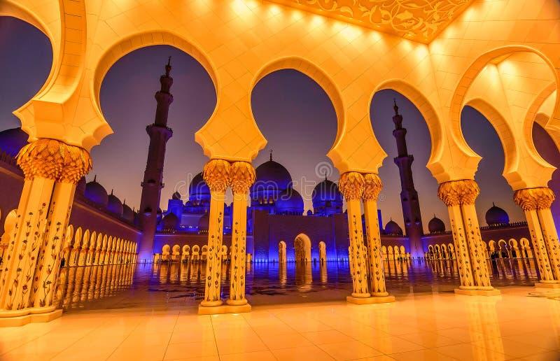Sheikh Zayed Uroczysty meczet w Abu Dhabi, UAE przy nocą fotografia stock