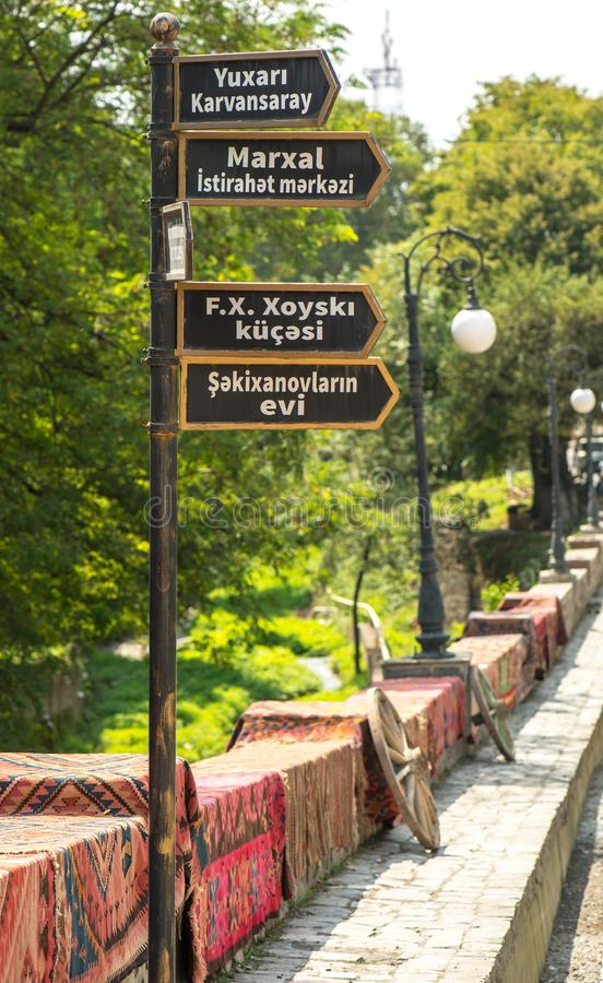 Sheki Turystyczny miejsce przeznaczenia w górach, kierunkowskazie i dywanach na drodze Khan pałac Kaukaz, zdjęcie stock