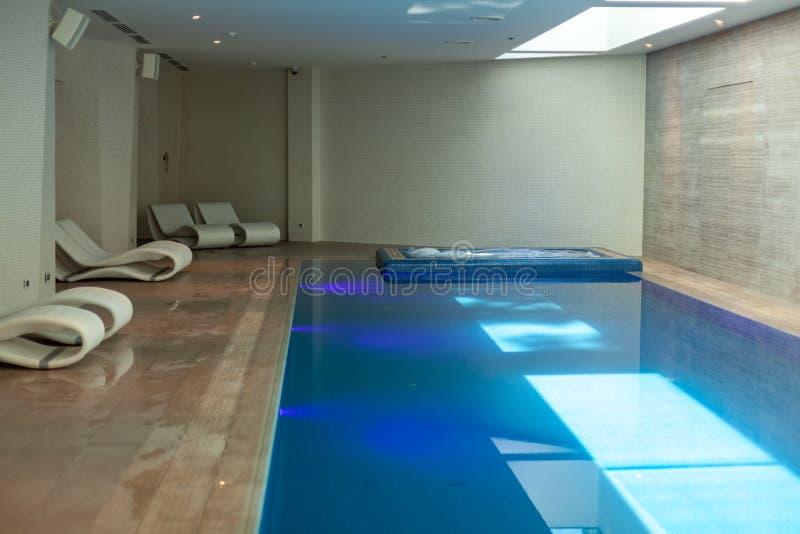 Shekvetili, Georgia - 29 05 2019: Luxuriöser LandhausSwimmingpool mit Badekurort und Backsteinmauern stockfotos