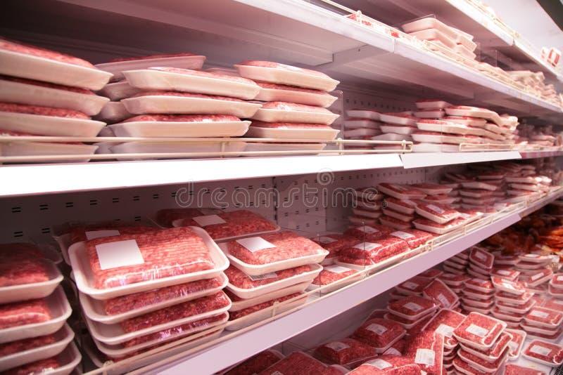Shelfs en almacén con el carne picado imagen de archivo
