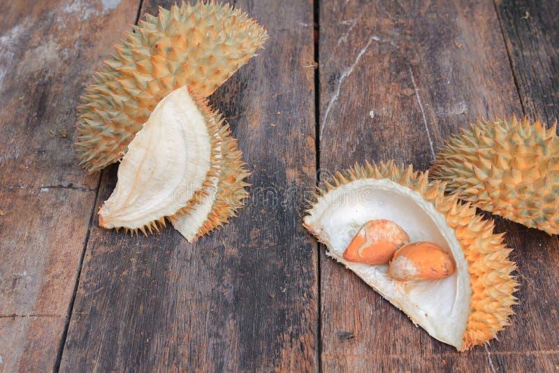 Shell και σπόρος των φρούτων Durian στο ξύλινο υπόβαθρο στοκ φωτογραφίες