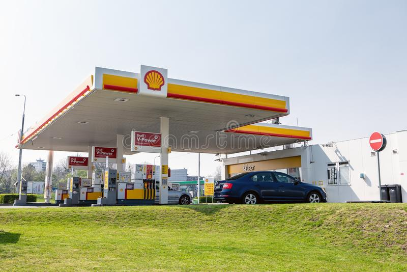 Shell-benzinestation met de auto van Skoda Octavia met overvloed van verschillende aangeboden brandstoffen stock foto