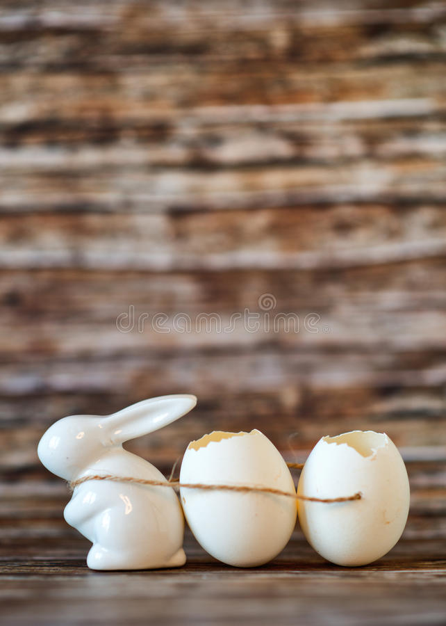 Shell brancos de Bunny Porcelain Pulling Broken Egg foto de stock royalty free