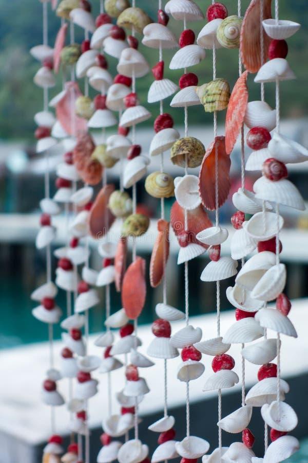 Shell da decoração ou cortina móvel dos móbeis das conchas do mar feita de c fotos de stock