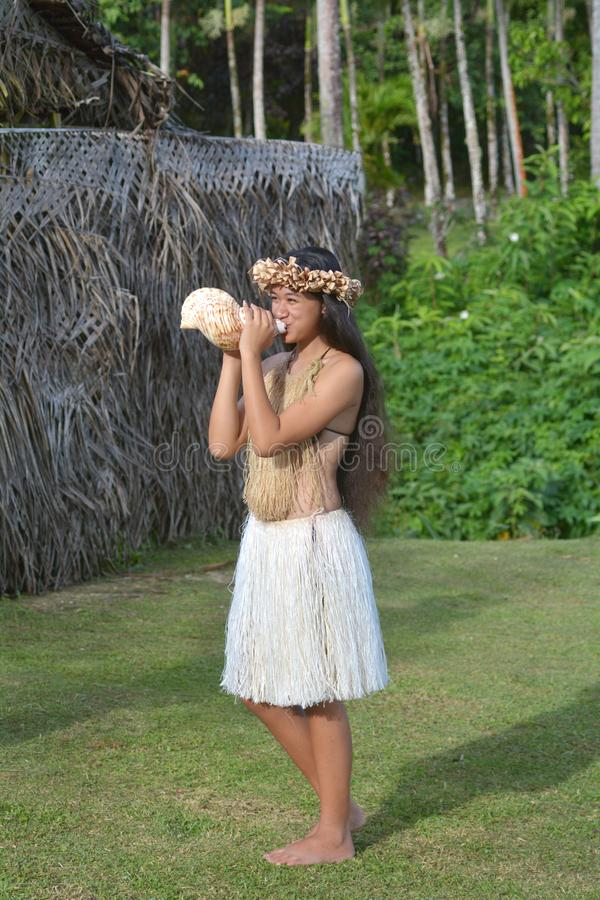 Shell de sopro do búzio da mulher polinésia de Islander do cozinheiro em Rarotonga imagens de stock