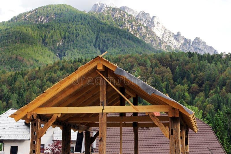 Shell drewniany garaż w górach obraz royalty free