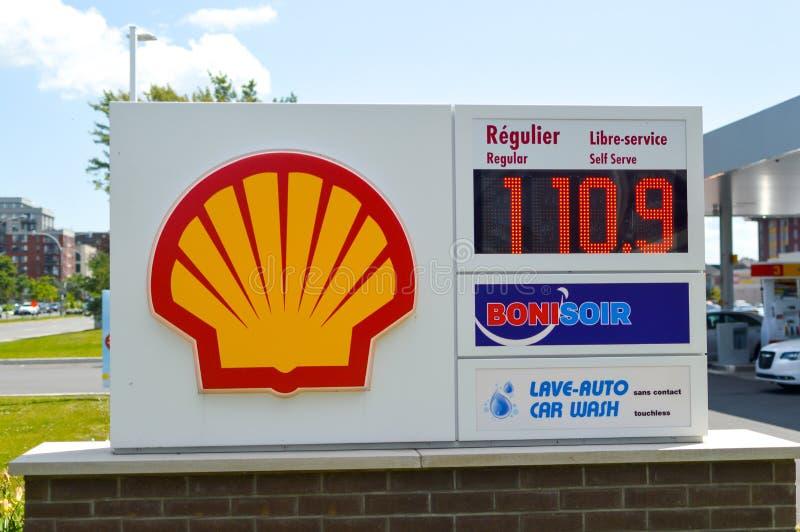 Shell-embleem op een benzinestation royalty-vrije stock foto