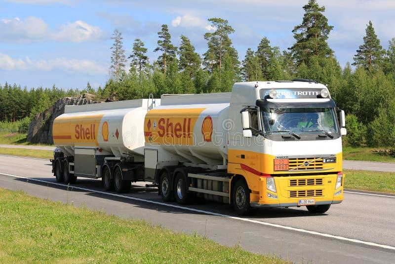 Shell Fuel Truck na autoestrada do verão fotos de stock