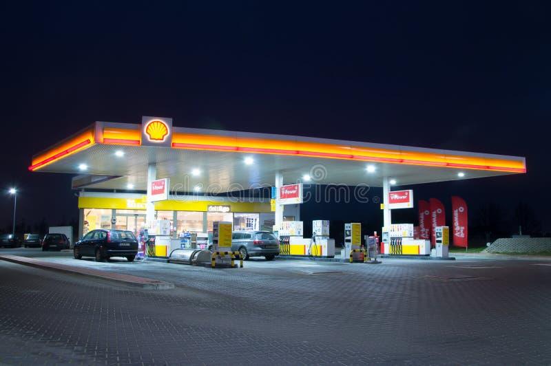 Shell Gas Station bij nacht stock afbeeldingen