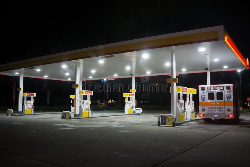 Shell Gas Station en la noche foto de archivo libre de regalías
